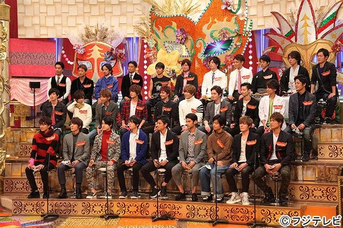 中段左から6番目がヨセフ/フジテレビ系バラエティ番組『イケてる男と聞きたい女』(画像提供:フジテレビ)