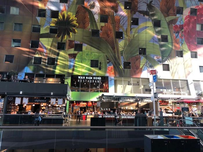 マルクトハルの住人は、この窓からマーケットの様子を眺めて楽しんでいるのだとか@mami_camera