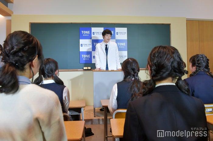 女子高生を前に授業する坂口健太郎(C)モデルプレス