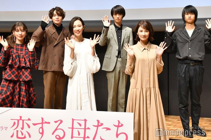 (前列左から)仲里依紗、木村佳乃、吉田羊(後列左から)宮世琉弥、藤原大祐、奥平大兼 (C)モデルプレス