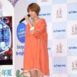 hitomi、第3子妊娠発表後初の公の場 ミニワンピ変わらぬ美脚披露