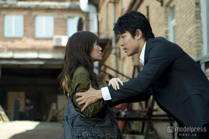 (左から)前田敦子、鈴木亮平/映画「Seventh Code」より