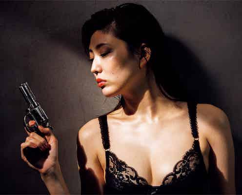 「東レキャンペーンガール」岩﨑名美が『週プレ』登場、黒ランジェリーでセクシー女スパイに変身