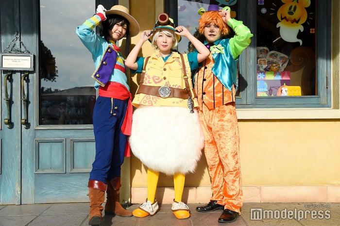 """左から:わとそん(ゴンドリエのグーフィー)、草刈(ミッキー&フレンズ・グリーティングトレイルのドナルドダック)、いっちー(スプーキー""""Boo!""""パレードのクマ) (C)モデルプレス(C)Disney"""