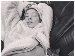 """仲里依紗、""""寝正月""""愛猫寄り添うリラックスショット公開「寝てても可愛い」「ゆっくりしてね」の声"""