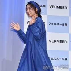 前田祐二氏との交際質問に笑顔で手を振る石原さとみ (C)モデルプレス