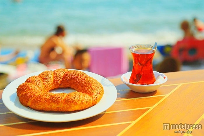 ごま付きリングパン「シミット」約69円、トルコの人は1日10杯飲むと言われているチャイ約46円/画像提供:TBS