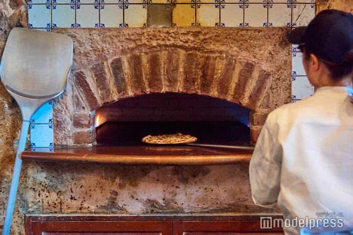 出来立て熱々の薄焼きピザを召し上がれ(C)モデルプレス