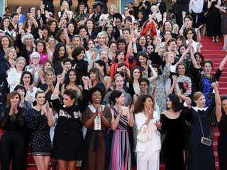 """カンヌ、レッドカーペットに""""女性82人""""集結 ケイト・ブランシェットら「男女格差撤廃」訴える<第71回カンヌ国際映画祭>"""