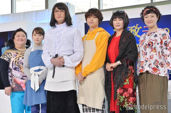 (左から)平田敦子、川栄李奈、松岡昌宏、伊野尾慧、余貴美子、しゅはまはるみ(C)モデルプレス