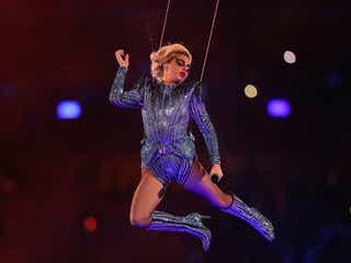 レディー・ガガ、レオタード姿で空から降臨 「スーパーボウル」ハーフタイムショー 衣装は「アトリエ・ヴェルサーチ」