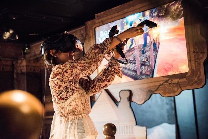VRゲームを楽しむ前田希美(写真提供:MBS)