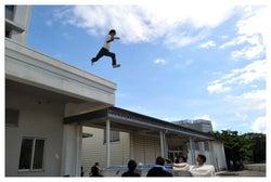 飛び降りシーンに挑む窪田正孝(画像提供:カンテレ・フジテレビ)