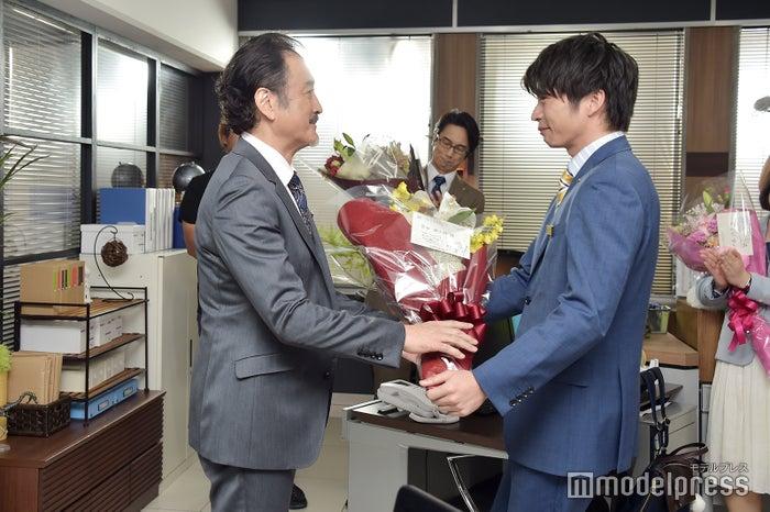 吉田鋼太郎に花束を手渡す田中圭。(C)モデルプレス