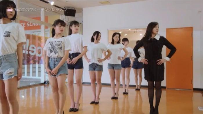 レッスンの様子/「女子高生ミスコンFINALIST~ハレトキドキJK~」より(提供画像)