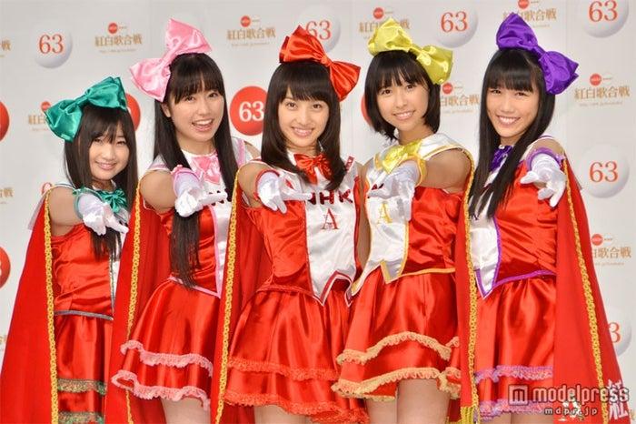 「第63回NHK紅白歌合戦」にてメドレー「ももいろ紅白だZ!」を披露したももいろクローバーZ