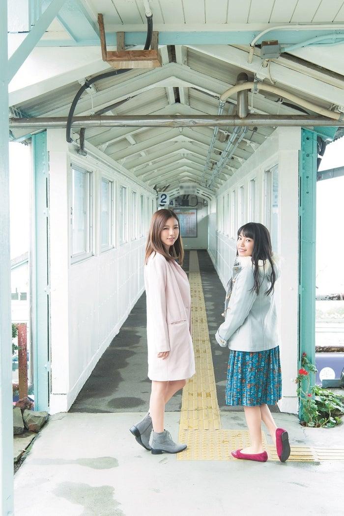 (左から)真野恵里菜、miwa(C)Takeo Dec./集英社