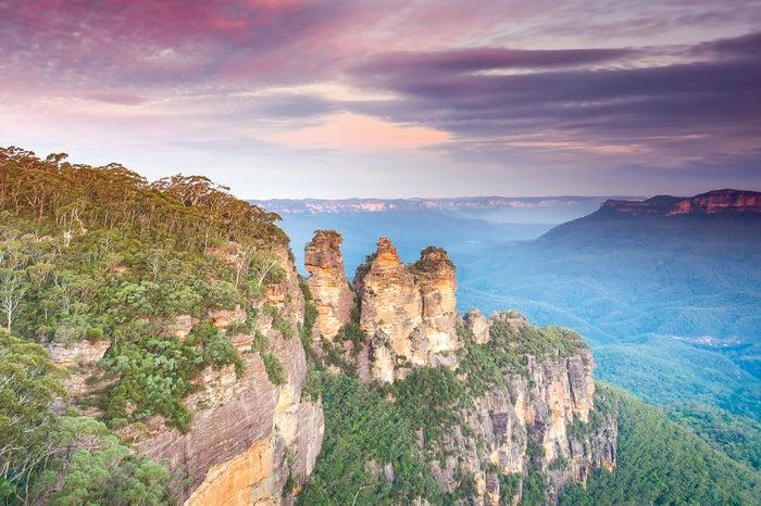 不思議な形の奇岩群「スリーシスターズ」/Destination NSW<br>