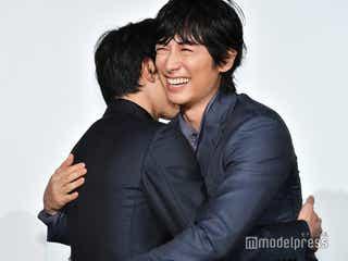 ディーン・フジオカ、吉沢亮と念願の初対面で抱擁「他人じゃないような気がする」<レ・ミゼラブル 終わりなき旅路>