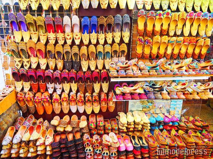 ドバイの市場・スークにあるバブーシュのお店(C)モデルプレス