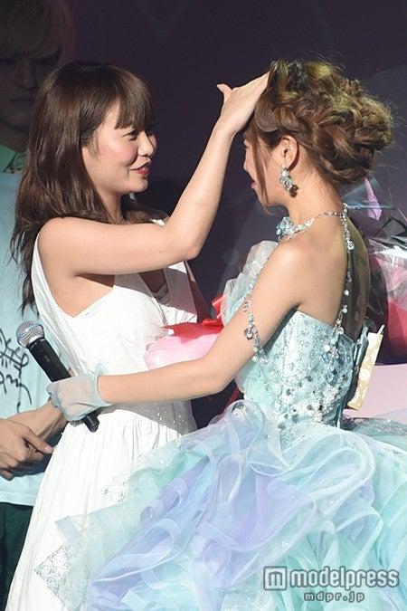 """2014年8月に開催されたくみっきー「Popteen」卒業式には""""親友""""まりもも駆けつけた(C)モデルプレス"""
