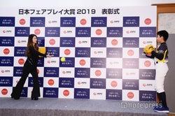 ダレノガレ明美とキャッチボールする大賞作品受賞者・井上史弥さん(C)モデルプレス