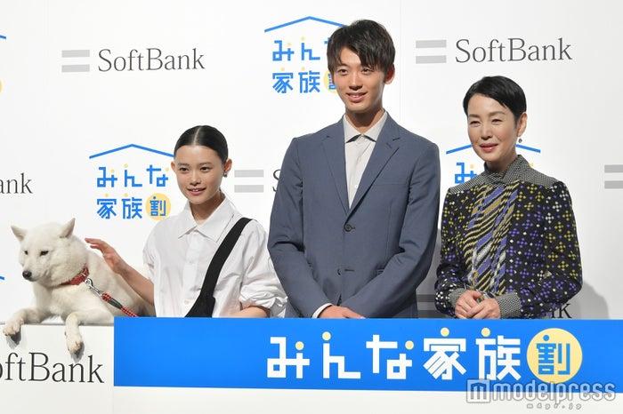 (左から)お父さん犬、杉咲花、竹内涼真、樋口可南子 (C)モデルプレス