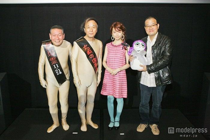 梅原かなた・はるか、島崎遥香、中田秀夫監督(C)2015『劇場霊』製作委員会