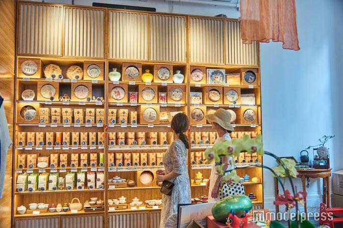 これら全部が中国茶!紙に包まれた丸いものは、年代物の高級プーアール茶(C)モデルプレス