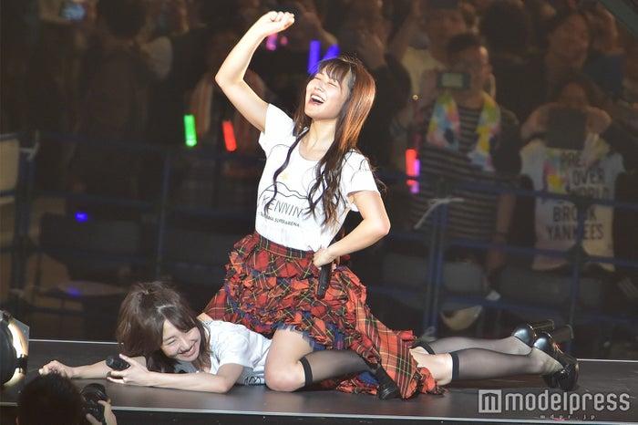 柏木由紀VS白間美瑠の場外乱闘? プロレスがなぜか始まる「AKB48単独コンサート~ジャーバージャって何?~」昼公演 (C)モデルプレス
