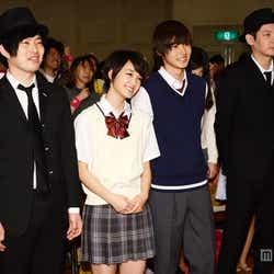 (左から)とーやま校長、剛力彩芽、山崎賢人、よしだ教頭