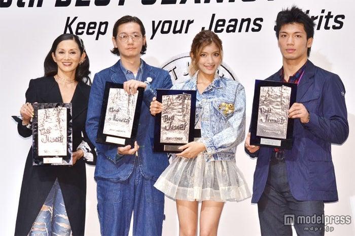 「ベストジーニスト2012」協議会選出部門に選出された(左から)夏木マリ、井浦新、ローラ、村田諒太選手