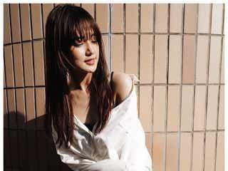 "E-girls藤井夏恋、デコルテ&美脚チラリ""白シャツコーデ""に「SEXYでお洒落」の声"