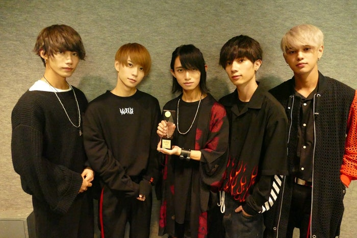 ベストデビュタント賞を受賞したXOX(左から)志村禎雄、木津つばさ、とまん、田中理来、バトシン(画像提供:ソニー・ミュージック)