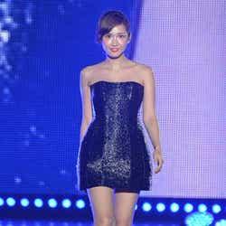 モデルプレス - <速報>紗栄子、ミニドレスで輝くデコルテ&美脚披露 「東京ランウェイ」初登場でトップバッター
