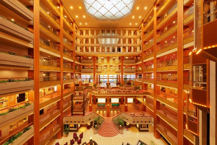 10フロアまるごと吹き抜けの開放的なエントランス/画像提供:あさやホテル