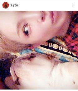 浜崎あゆみ、愛犬との添い寝ショット&博多弁公開で「可愛さばつぐん」「ほっこりする」