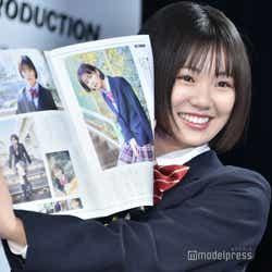 掲載された「CMNOW」を見て喜ぶ竹内詩乃さん (C)モデルプレス