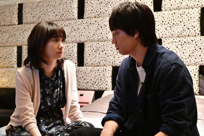 波瑠、鈴木伸之/「あなたのことはそれほど」第7話より(画像提供:TBS)