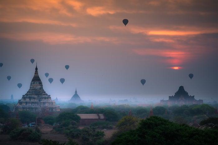 バガン上空に浮かぶ気球/画像提供:ブッキング・ドットコム・ジャパン