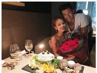 あびる優、誕生日に「いつぶりかわからない夫婦時間」 バラの花束贈られる
