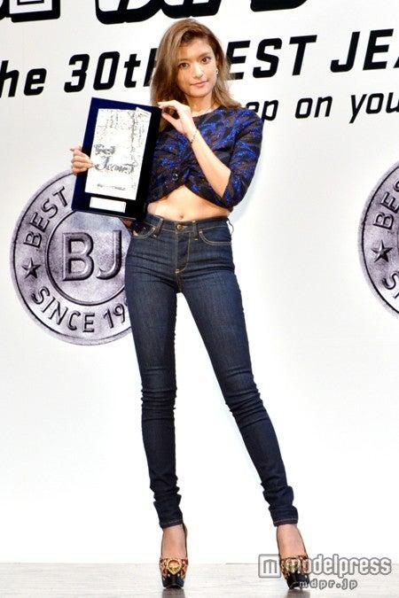 「ベストジーニスト2013 一般選出部門」を受賞したローラ