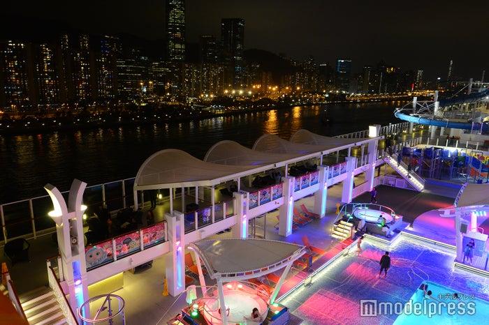 夜景とナイトプールのコラボは香港ならでは(C)モデルプレス