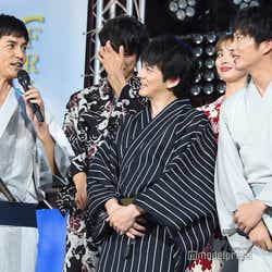 沢村一樹(左)が見どころを語る中、表情とポーズがシンクロしている林遣都&田中圭(C)モデルプレス