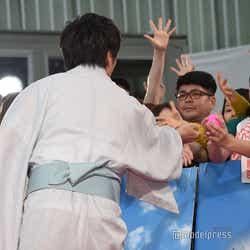 カラーボールを直接ファンへ渡す田中圭(C)モデルプレス