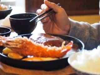 ご飯おかわり自由の定食屋 店員が去った後「客の行動」に絶句 定食屋にて、投稿者の隣の席にいた女性。料理が到着し、店員が去ると……まさかの光景に思わず絶句