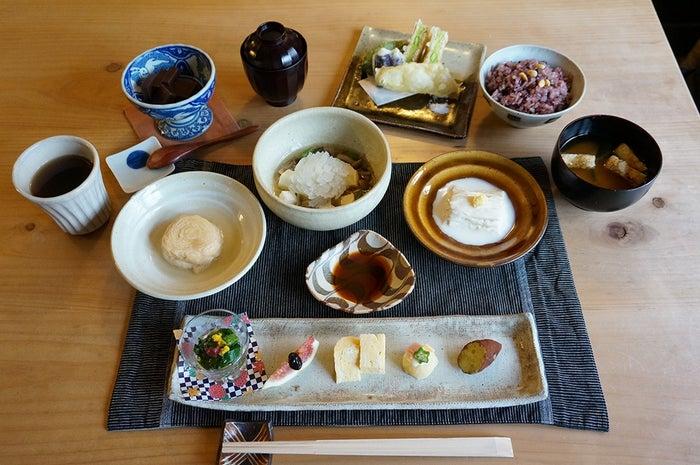 手の込んだゆば料理の数々がいただけると人気の「ゆば懐石ランチ(¥2,500/税抜)」/提供画像