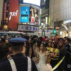 <ハロウィン>渋谷パニック、交差点横断規制機能せず 溢れかえるコス集団【モデルプレス】