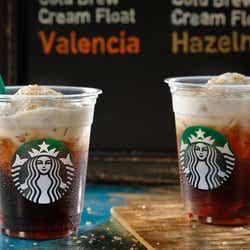 モデルプレス - スタバ初、水出しアイスコーヒー登場 専用エアリークリーム×シロップがクセになる