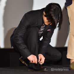 ステージに上がるやいなや靴紐を結ぶ山田孝之 (C)モデルプレス